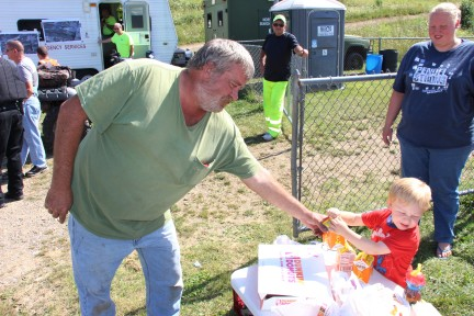 Helping, Donating to Search Teams, Sharp Mountain, Tamaqua, 8-15-2015 (8)