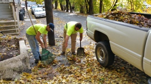 10-29-2015, Tamaqua Borough Workers Clearing Leaves from Drains, Schuylkill Avenue, Tamaqua (1)