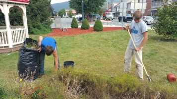 Pulling Weeds, Picking Up Garbage, Depot Square Park, Tamaqua, 9-19-2015 (3)