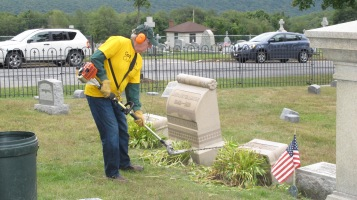 Volunteers Cleaning GAR Cemetery, Summit Hill, 9-13-2015 (20)