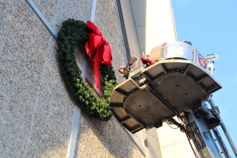 Coaldale Fire Company Placing Christmas Wreath, Trinity UCC, Tamaqua, 11-14-2015 (19)