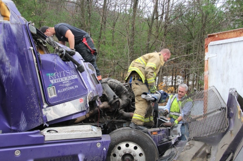 Tractor Trailer Overturns, US209, SR93, Nesquehoning, 11-5-2015 (14)