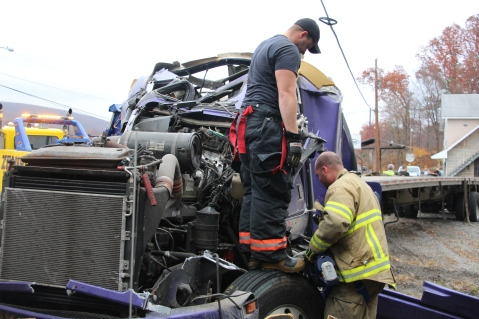 Tractor Trailer Overturns, US209, SR93, Nesquehoning, 11-5-2015 (28)