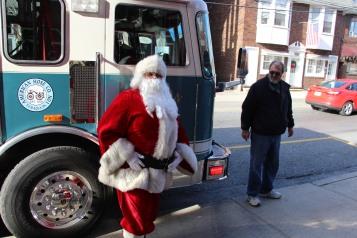Santa Claus Stops at American Hose Company, Tamaqua, 12-20-2015 (11)