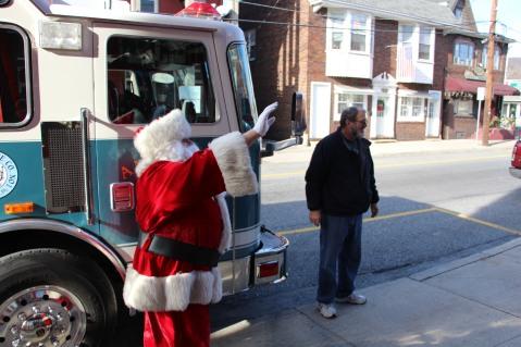 Santa Claus Stops at American Hose Company, Tamaqua, 12-20-2015 (12)