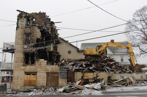 apartment-building-being-torn-down-2nd-north-street-lehighton-1-10-2017-1