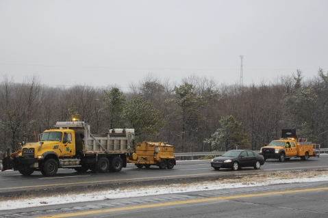 penndot-patching-pot-holes-interstate-81-near-frackville-1-25-2017-2