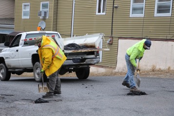 tamaqua-borough-crew-patching-pot-holes-dutch-hill-tamaqua-1-23-2017-4