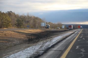 tractor-trailer-off-road-interstate-81-northbound-near-frackville-1-25-2017-20