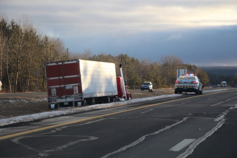 tractor-trailer-off-road-interstate-81-northbound-near-frackville-1-25-2017-22