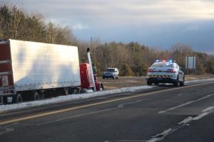 tractor-trailer-off-road-interstate-81-northbound-near-frackville-1-25-2017-23