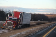 tractor-trailer-off-road-interstate-81-northbound-near-frackville-1-25-2017-4