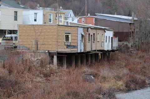 random-photo-homes-garages-over-little-schuylkill-river-tamaqua-2-5-2017-5